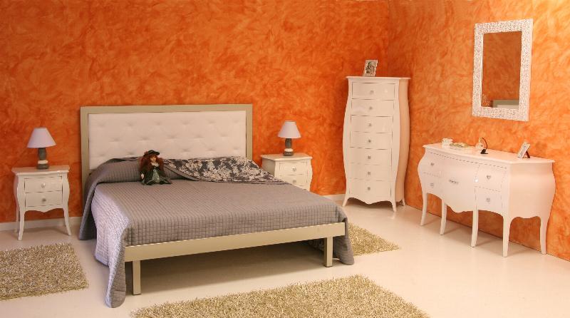 Camera da letto matrimoniale con mobili bombati laccati bianco lucido - Mobili laccati lucidi graffiati ...